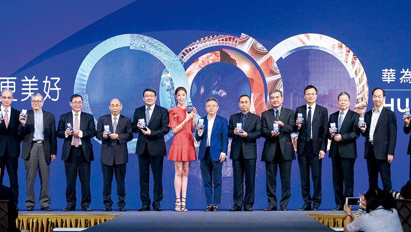 今年華為在台發表旗艦機,一票供應鏈主管站台,大立光董事長林恩舟(右5)也罕見出席。