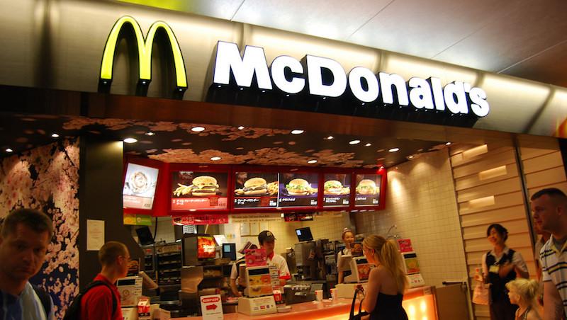 雞塊、聖代、蘋果派...為什麼去麥當勞總是不自覺點了「加價購」? 你不能不知道的消費心理學