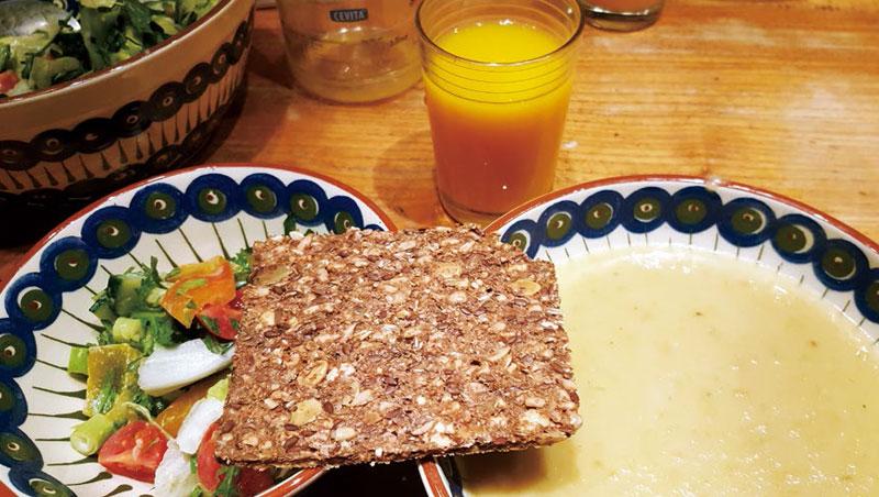 美食與人情的溫度_挪威卑爾根接待者準備的南瓜湯、沙拉和五穀餅,養生健康。