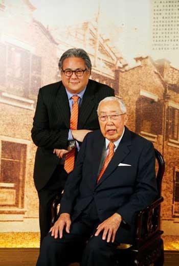 上海商銀在95歲董座榮鴻慶(右)帶領下,市值估近1,500億元。左為長孫、副總座榮康信。