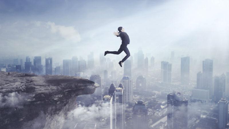 無能同事爬到自己頭上,40歲主管氣不過選擇跳海...職場啟示:工作可以認真,但不要「當真」
