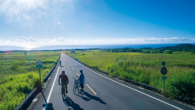 在金剛大道騎自行車,彷彿是游走在山與海之間一般,自然美景盡收眼底。
