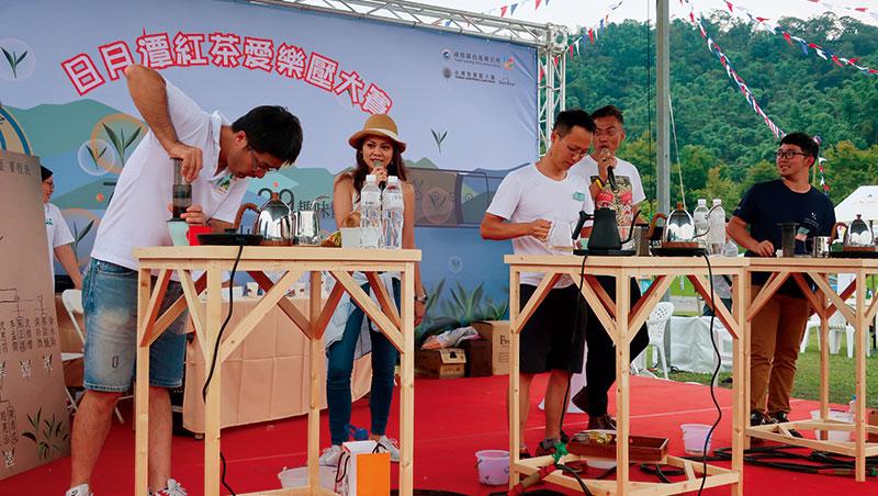 甫於7月28日在魚池舉辦的「日月潭紅茶愛樂壓大賽」,各方咖啡師與茶師們同台競技,可算是對此議題全盤深入探索的別開生面活動。以最後進入決賽者之詮釋技法歸納,不研碎茶葉,90~95℃高溫浸泡,適度攪拌,如