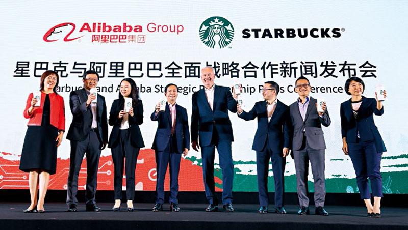 不敵新零售風潮,星巴克執行長強森(右4)與阿里巴巴首席執行長張勇(左4)攜手外送服務。強森說,「中國是星巴克發展和創新速度最快市場。」