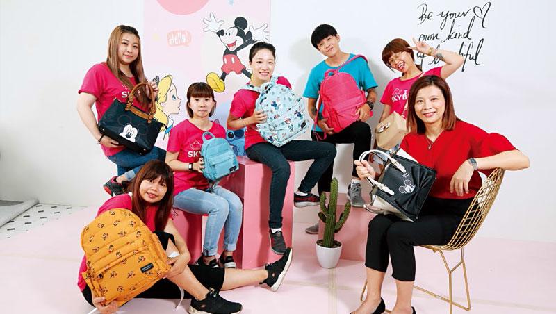 看準親子市場,陳曉婷(右1)與迪士尼合作,今年初推出授權包款,至今提升3成業績。
