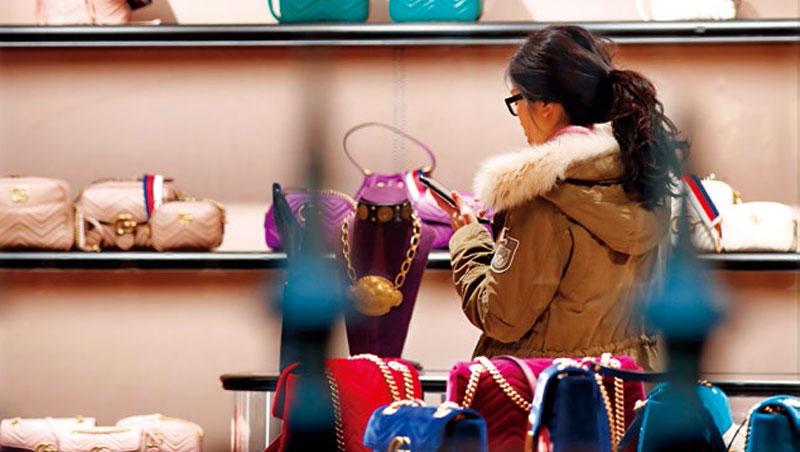 近幾年,Gucci推出刺繡夾克、動物圖騰等爆款新品,雖可能流失一些老客戶,卻換來更多IG控的千禧客層追捧。