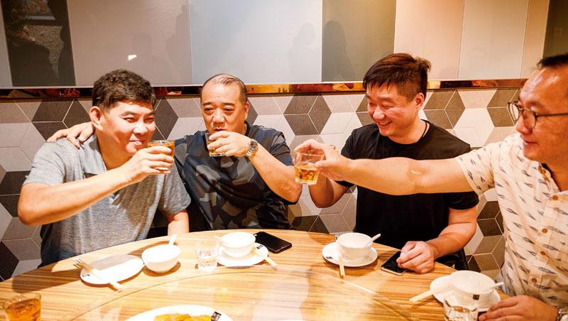 台港名廚林正青(左起)、麥英龍、黃永強和饒璧臣收工後,在聚興家把酒言歡。