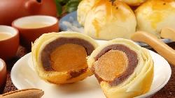中秋吃月餅》酥脆外皮、飽滿蛋黃...網友聲量調查:這10間蛋黃酥名店,半夜排隊也一定要買
