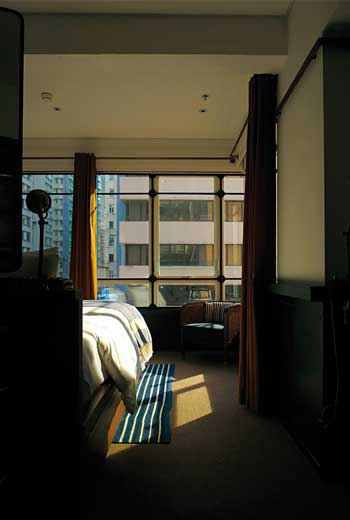 房間內外形成兩種時代空間,有點魔幻寫實的氛圍