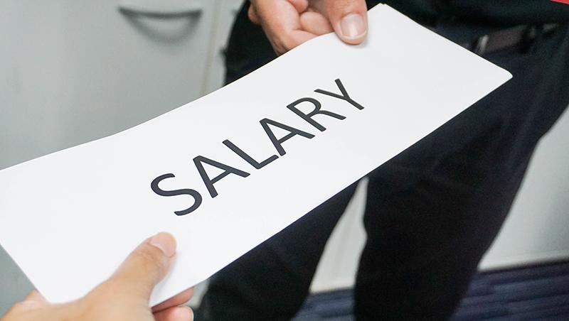 只是頂撞老闆,下月薪水就少了2千塊怎麼辦?人資專家:4招對付非法扣薪,要回你該拿的薪水