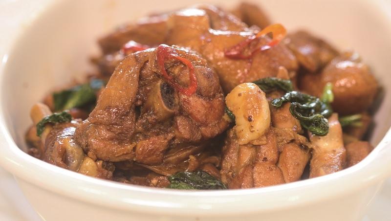 台式經典料理「三杯雞」的好吃秘訣:醃雞肉時多加「這個」,讓雞肉有光澤又不死鹹