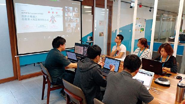 若水現為台灣最大資料標註外包企業,預計年底募達百位標註員。他們正在幫螢幕上的身障標註員做教育訓練。
