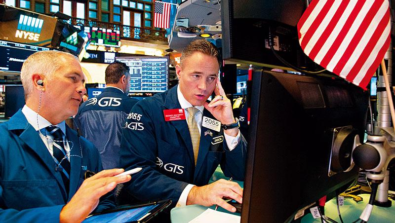 紐約證交所交易員在8月22日當天見證歷史:標普500指數連續3,453天未跌逾20%,是史上最長多頭走勢。