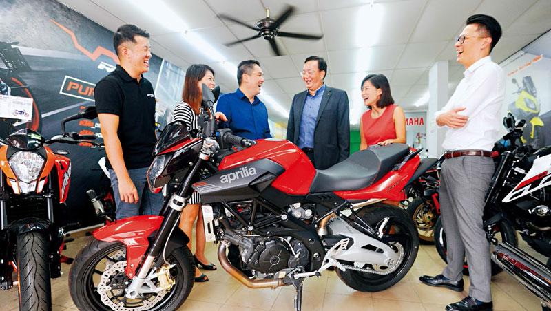 馬來西亞.黑風洞_仲利成功總經理唐來旺(右3)3年前找車商曾煥喜(左3)合作重機車貸,使其重機銷量倍增,成為吉隆坡最大業者。