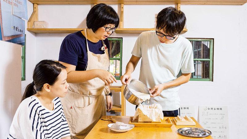 穿龍豆腐坊的黃豆混合高雄10號、古早味黃豆2個品種,旅客跟著鄧宇翔(右一)體驗手工豆腐完整製程。