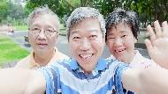 當台灣還在瘋長輩圖,中國爺奶已經自拍影片創千萬點閱...連愛奇藝都推新App搶賺的銀髮商機