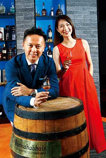 點子王邵文美(右)曾鎖定KTV外超商,以半價鼓勵顧客購買,賣贏不少在KTV上架的酒商。