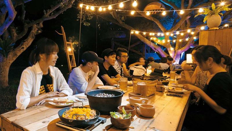 夜晚森林裡的巨人餐桌,桌板使用台灣木材拼接。