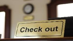 check coat不是檢查外套、check out也不只是退房...一次看懂check的各式用法
