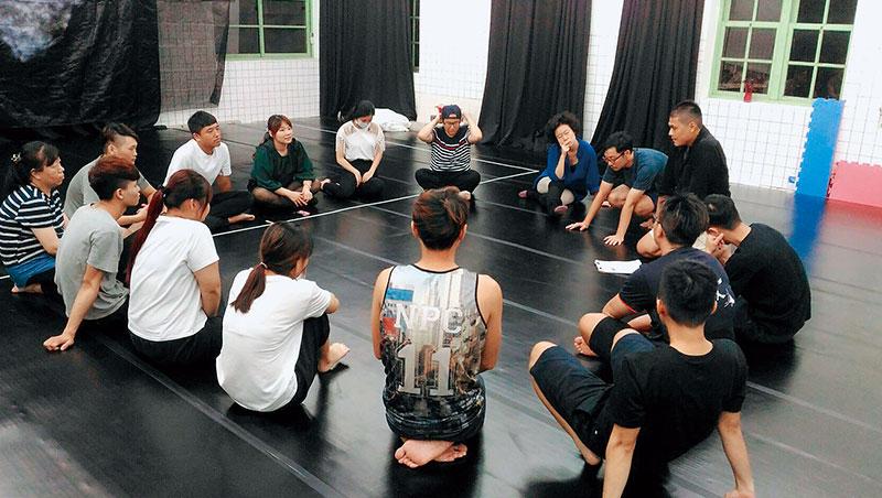 戲劇課時圍成一圈,打破職場階層角色,夥伴能放心展現自我。