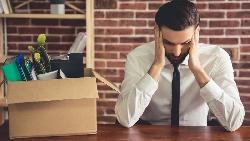 當公司開始節約省電、併購、主管被裁撤...出現解雇危機,別急著離開!看比「主動辭職」還重要的事