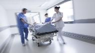 醫護人員過勞、健保瀕臨破產...資源不該都拿來「治病」,臺大醫院前副院長揭3大醫療危機