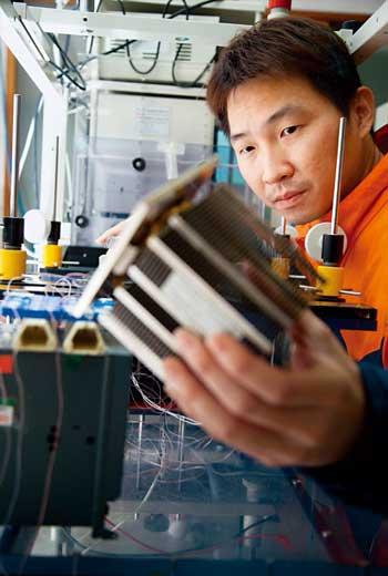 超眾員工手上拿的這顆散熱模組,正是日本電產公司事業版圖尚缺的一塊拼圖。