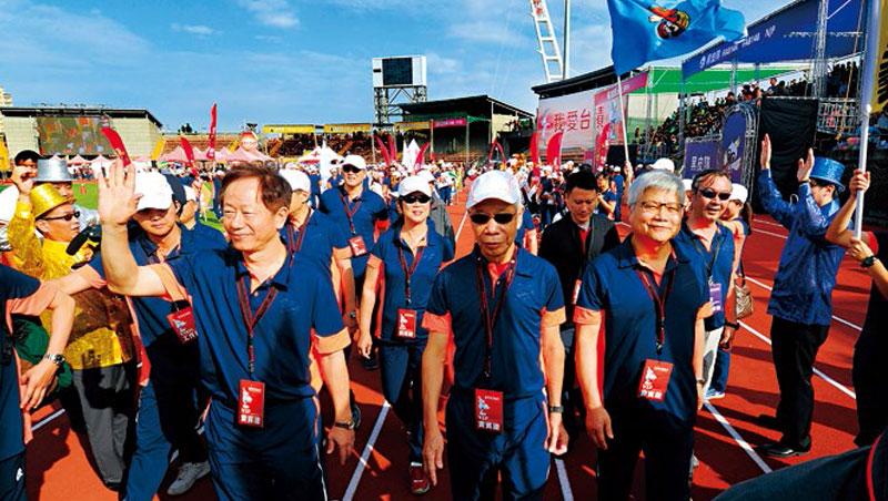 台積電董事長劉德音(前排左)、總裁魏哲家(前排右)今年首度主持運動會,不受近期法說會影響,仍發出近5億紅包給員工。