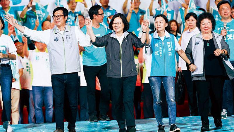 民進黨深怕高雄「贏局賭到輸」,蔡英文(左2)、陳菊(右)等高層趕緊南下大型造勢晚會,拉抬陳其邁(左1)。