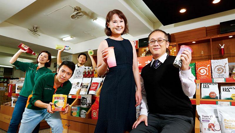 承恩食品中和門市擺滿各式珍奶原料,大小包裝皆有,除了店家老闆,一般消費者也會上門。
