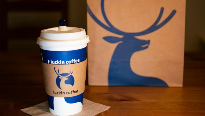 成立不到1年,就衝破10億市值!從瑞幸咖啡掀起的小藍杯風潮,看中國新創圈最火紅的行銷祕訣 - 商業周刊