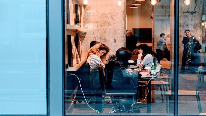 工作準時下班、不用勾心鬥角,仍然每天懷疑人生?年輕的你,最需要穩定的不是生活環境或職位,而是...