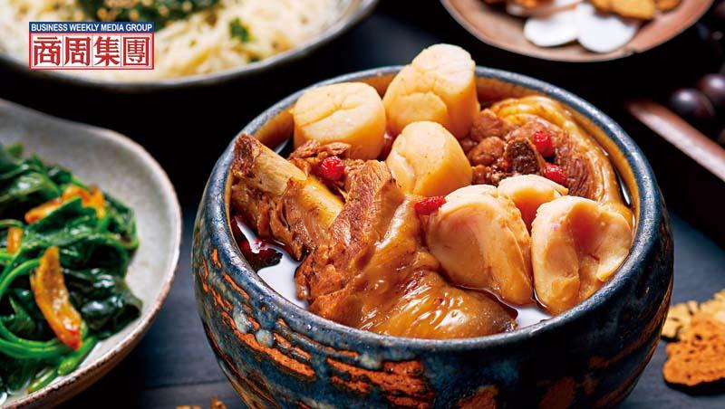 肥嫩的仿土雞腿、北海道生食等級的干貝與小顆原鮑粒,配上十全湯底,把山海滋味全部匯聚在這一盅湯裡。