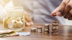 對抗通膨存錢術!只是把錢放銀行還不夠,有錢人存錢的起手式,是要把錢「這樣花」