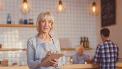 老闆怕資深員工「老人味」太重,換年輕人卻業績大落...從一個餐館案例,看懂老員工為何是寶