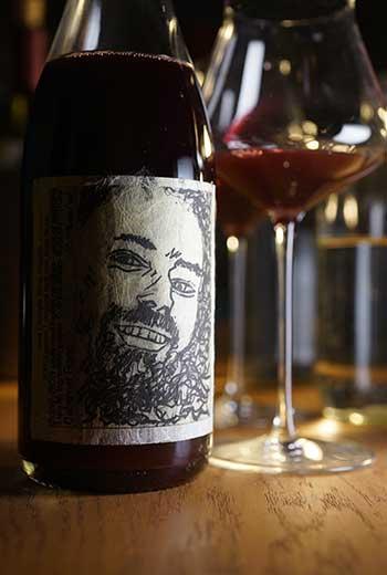 阿德雷德丘是南澳最知名的氣泡酒產區,也生產多酸的白酒,風味較優雅的希哈與黑皮諾紅酒是當地最主流的酒種。