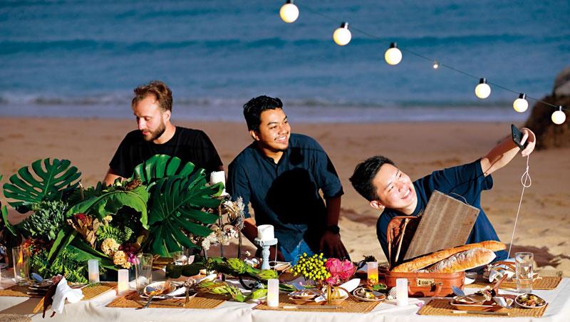 在沙灘上享用在地食材做的餐點,無論視覺、味覺、嗅覺都能獲得滿足。
