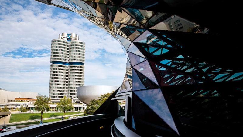 前進慕尼黑》BMW總部換裝,從汽缸變電池:BMW過去以核心技術「汽缸」為外觀設計的總部是當地地標,去年電動車年度產量達10萬輛時,大樓一度被改裝成電池,宣示迎向電動車時代的決心。