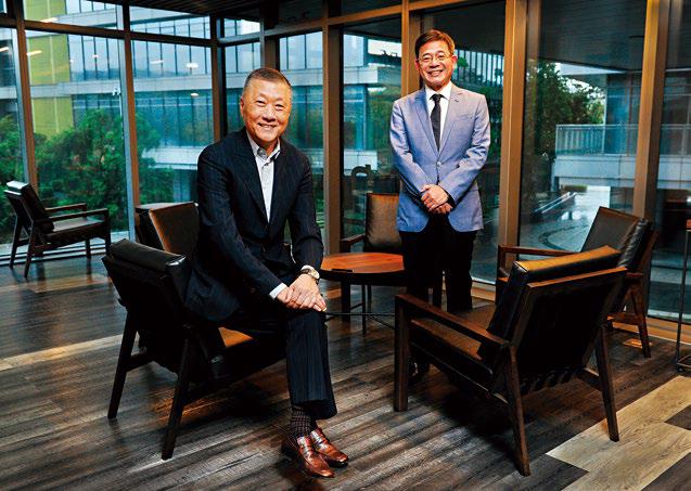 雄獅董事長王文傑(左)為發展加盟體系,2014年挖角曾任鳳凰、山富旅行社總經理的李嘉寅(右),隔年即派他擔任雙獅總經理。