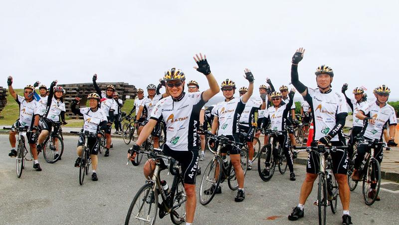 10年前,A-Team成員在創會會長羅祥安(前)號召下首度環島,開啟自 行車業黃金年代,如今再遇變局,如何共創新局,考驗騎士們的經營智慧。