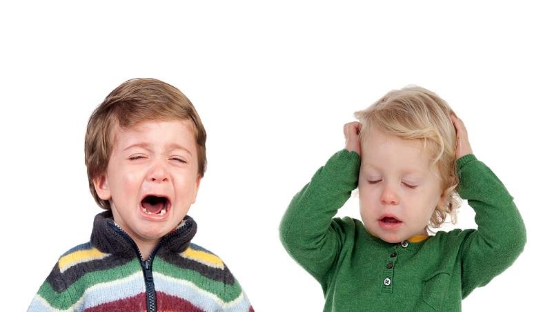 這樣也不要!那樣也不要!孩子討糖急哭了、無奈的媽媽大吼著...想有效溝通,不能只是「應付行為」