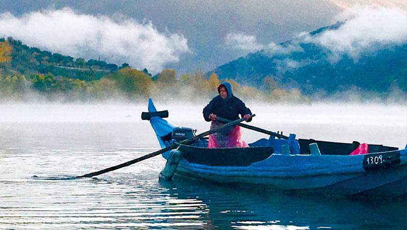 清晨的斗羅河,水氣氤氳,一片靜謐。