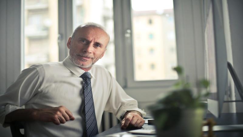 沒特別努力的人忽然升遷、平庸的人依然能取得頭銜...工作到60+的體悟:頭銜從不算是一種成就