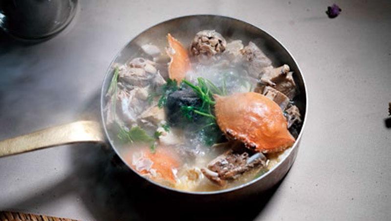 運用澎湖當令鮮美海鮮做的「海神恩賜」,噴香上桌讓人食指大動。