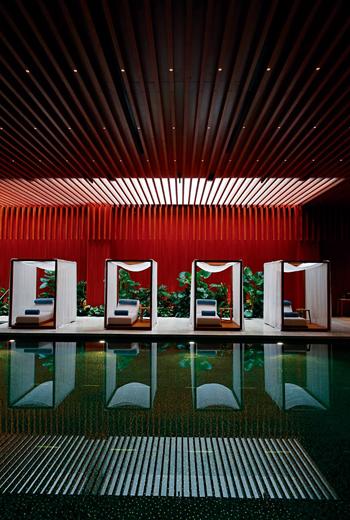 泳池所呈現的色調和氛圍如夢似幻,讓人身心靈得以在這樣的環境裡獲得徹底放鬆。