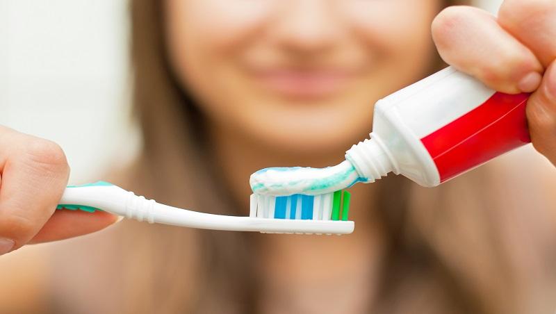 賺錢不該只拿來付帳單,善用「擠牙膏」思維擺脫債務!暢銷作家:剩得少就會辦法擠出來