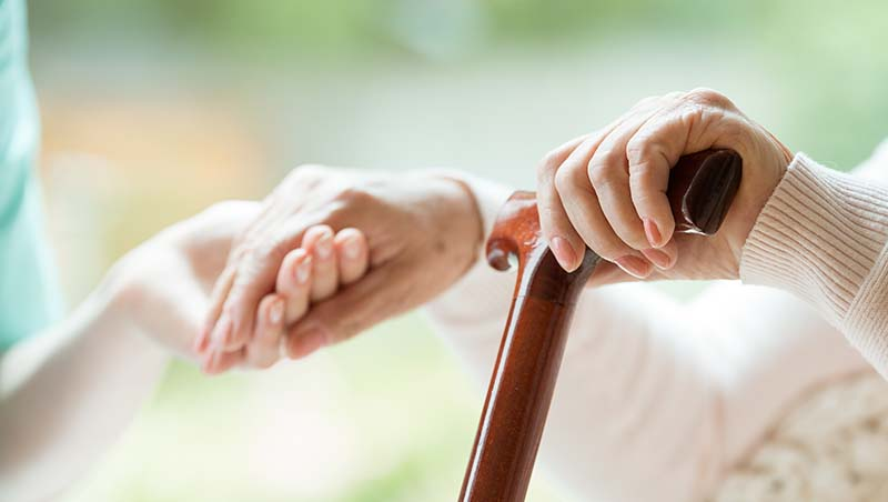 在醫院當志工,卻匿名幫病人付上百萬手術費...一個77歲退休董事長,教會我的4個做人道理