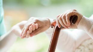 在醫院當志工,卻匿名幫病人付上百萬手術費...一個77歲退休董事長,
