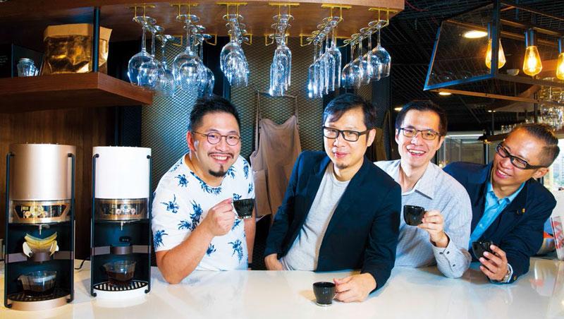 台灣首台智慧咖啡機,推手是創業家葉建漢(左起)、設計師謝榮雅、物聯網專家田維瀚、咖啡師林致得的跨界合作。