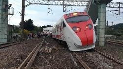 史上最嚴重!鐵軌插入車廂 普悠瑪剛起步就翻覆